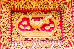 Het beeldhouwwerk van de zwaanmuur in Thaise tempel Stock Foto