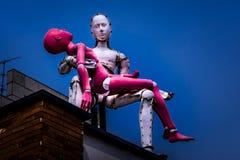 Het beeldhouwwerk van een mens vervoert een dame op het dak in Samcheongdong stock afbeelding
