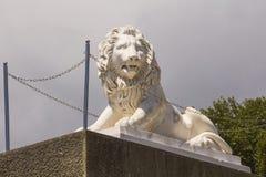Het beeldhouwwerk van een steenleeuw, door kettingen wordt omringd, bewaakt de ingang aan het Paleis dat crimea stock fotografie