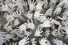 Het beeldhouwwerk van handen bij de tempel van Wat Rong Khun, Thailand Stock Foto's