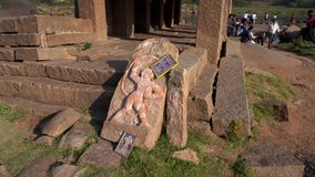 Het beeldhouwwerk van Hanuman door de rivier in India stock videobeelden