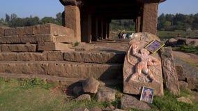 Het beeldhouwwerk van Hanuman door de rivier in India