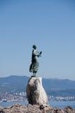 Het beeldhouwwerk van het brons van Meisje met Zeemeeuw, Kroatië Royalty-vrije Stock Foto