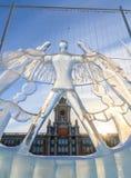 Het beeldhouwwerk van het ijs tegen Stadhuis. Royalty-vrije Stock Afbeeldingen