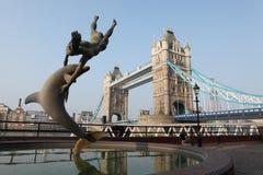 Het beeldhouwwerk van het meisje en van de dolfijn in de stad Engeland van Londen Royalty-vrije Stock Afbeeldingen