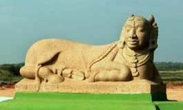 Het beeldhouwwerk van kamadenu in Grote Kallanai wordt gesitueerd die royalty-vrije stock afbeeldingen