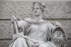 Het beeldhouwwerk van krachtige vrouw met hamer en gescheiden die hoofd als Bildhauerei wordt bekend bepaalde de plaats musea van stock foto