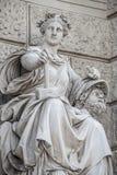 Het beeldhouwwerk van krachtige vrouw met hamer en gescheiden die hoofd als Bildhauerei wordt bekend bepaalde de plaats musea van stock afbeeldingen