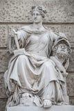 Het beeldhouwwerk van krachtige vrouw met hamer en gescheiden hoofd dat als Bildhauerei wordt bekend bepaalde de plaats musea van royalty-vrije stock foto