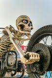 Het beeldhouwwerk van het Motoskelet op motorgebied Motorfiets - het skelet op weg M4 trekt aan royalty-vrije stock afbeeldingen