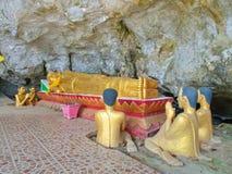 Het beeldhouwwerk van slaapboedha in het hol, Reis in Vang Viang CIT royalty-vrije stock foto's