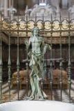 Het beeldhouwwerk van toegenomen Jesus maakte in brons stock foto's