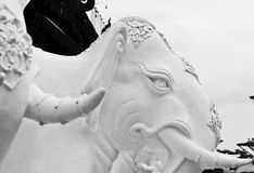 Het beeldhouwwerk van witte olifanten Stock Afbeelding