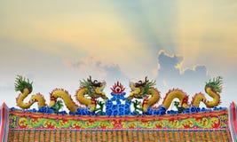 Het beeldhouwwerkkunst van de draakvlieg op hoogste dak Stock Afbeeldingen