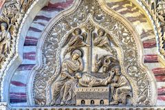 Het Beeldhouwwerkvoorgevel van de geboorte van Christusscène Heilige Mark& x27; s Kerk Venetië Italië Royalty-vrije Stock Fotografie