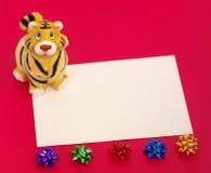 Het beeldje en de spatie van de tijger op rood Royalty-vrije Stock Afbeeldingen