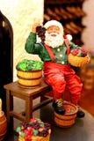 Het beeldje van de Kerstman in een wijnkelder Royalty-vrije Stock Afbeelding