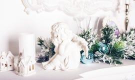 Het beeldje van de Kerstmisengel op witte lijst royalty-vrije stock fotografie