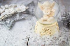 Het beeldje van de Kerstmisengel op zilveren achtergrond royalty-vrije stock foto's