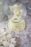 Het beeldje van de Kerstmisengel op zilveren achtergrond royalty-vrije stock afbeeldingen