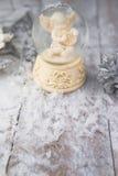 Het beeldje van de Kerstmisengel op zilveren achtergrond royalty-vrije stock fotografie