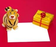 Het beeldje van de tijger, huidige doos en spatie Stock Fotografie
