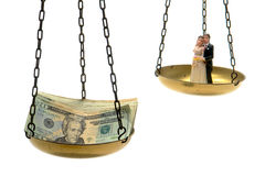 Het Beeldje van het Paar van het huwelijk en Stapel van Contant geld op Schaal Royalty-vrije Stock Fotografie