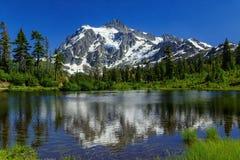 Het beeldmeer en zet Shuksan, Washington op stock foto's