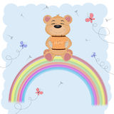 Het beeldverhaal leuke gelukkig draagt zittend op de regenboog Houdt een vat honing Stock Illustratie