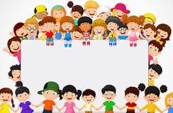 Het beeldverhaal van menigtekinderen met leeg teken Stock Fotografie