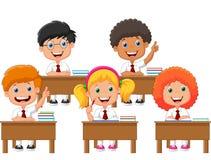 Het beeldverhaal van schoolkinderen in klaslokaal bij les Stock Fotografie