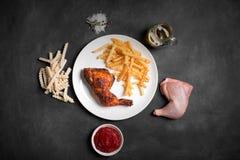 Het been en de frieten van Fried Chicken met saus Stock Afbeelding