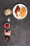 Het been en de frieten van Fried Chicken met saus Royalty-vrije Stock Afbeeldingen