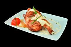 Het been van de kip dat in oven met witte saus wordt gekookt royalty-vrije stock fotografie