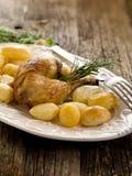 Het been van de kip met aardappels Stock Foto
