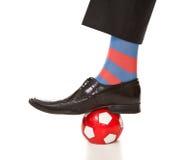 Het been van de mens in kostuum met voetbalbal stock afbeeldingen