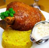 Het been van het varkensvlees met saus, greens en kool Stock Afbeeldingen