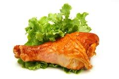 Het been van Turkije dat met groene sla wordt gediend Stock Afbeelding