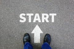 Het begin die begint beginnend zakenman met bedrijfsconceptenbaan beginnen Stock Foto's