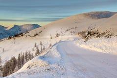 Het begin van afdaling van pas De winter Een daling Kolym Stock Fotografie