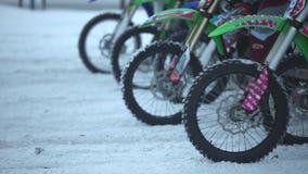 Het begin van de de wintermotocross stock videobeelden