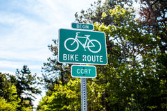 Het begin van de fietsweg op een de zomerdag Stock Foto