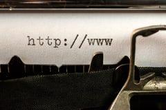 Het begin van de Urltekst door oude schrijfmachine wordt geschreven die royalty-vrije stock afbeeldingen