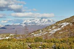 Het begin van de zomer in bergen op Kolyma De sneeuw ligt nog royalty-vrije stock afbeeldingen