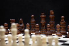 Het begin van een schaakspel Stock Foto's