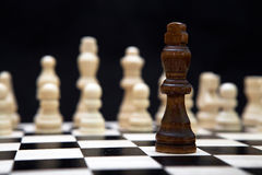 Het begin van een schaakspel en een zwarte koning Stock Afbeelding