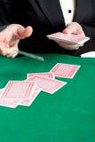 Het behandelen van de croupier speelkaarten stock afbeeldingen