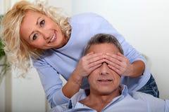 Het behandelen van de ogen van de echtgenoot royalty-vrije stock afbeelding