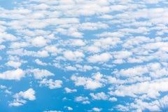 Het behang van de wolkentextuur Mening van blauwe hemel en bewolkt gebied van vliegtuigvenster Stock Foto