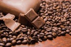 Het behang van koffiebonen met chocolade stock foto